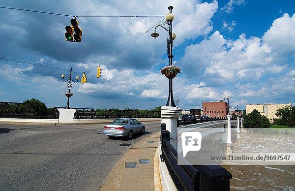 über Wahrzeichen Brücke Fluss reparieren bauen Ohio Straßenverkehr