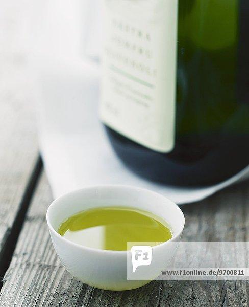Olivenöl in einem weissen Porzellanschälchen