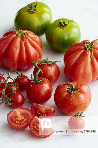 Verschiedene Tomaten mit Wassertropfen