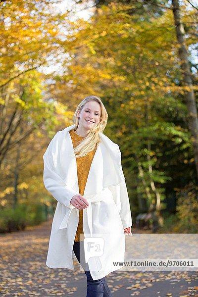 junge Frau junge Frauen lächeln gehen Blick in die Kamera blond hübsch
