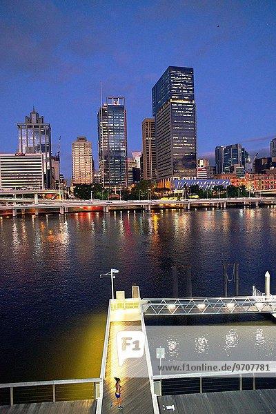 Flussufer Ufer Skyline Skylines Weg rennen Großstadt Fluss Jogger Brisbane Abenddämmerung