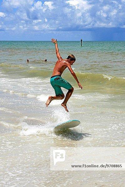Jugendlicher Strand jung vorwärts Florida Brandung