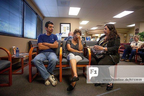Patientin Frau sitzend Bruder Zimmer warten Hügel Krankenhaus Hispanier müde Phantasie Kalifornien
