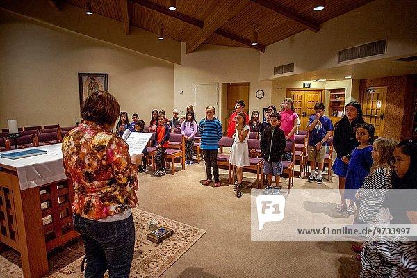 klein Religion Lehrer multikulturell Kalifornien Fokus auf den Vordergrund Fokus auf dem Vordergrund jung Unterricht Teilnahme Kapelle