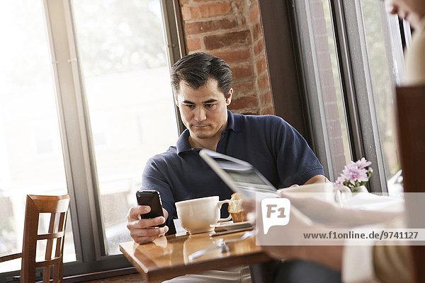 Handy benutzen Mann chinesisch Cafe
