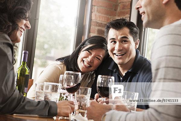 Zusammenhalt Freundschaft Restaurant Rotwein trinken