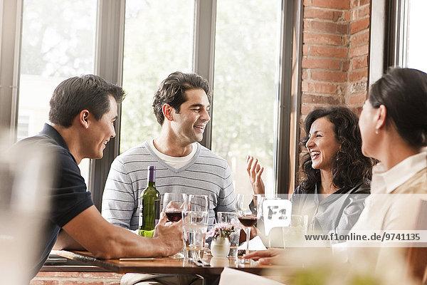 Freundschaft Restaurant Rotwein trinken