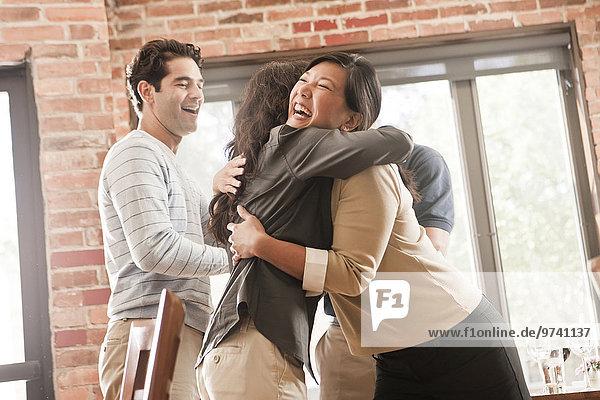 Freundschaft lachen umarmen