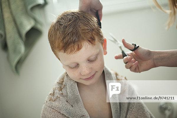 Europäer geben Sohn Frisur Frisuren Schnitt Schnitte Haarschnitt Haarschnitte Mutter - Mensch