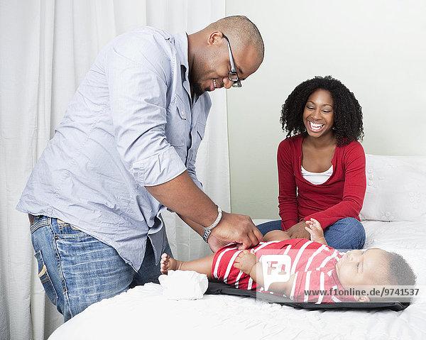 Menschlicher Vater wechseln amerikanisch Windel Baby