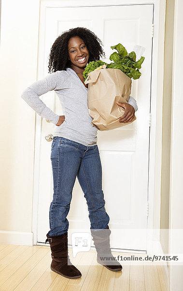 Frau tragen Tasche Lebensmittelladen amerikanisch