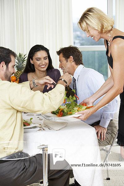 Abendessen Frau Freundschaft geben Party Salat
