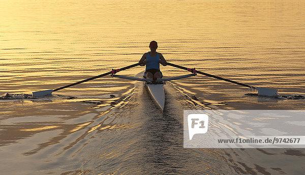 Mensch Boot Fluss Rudern