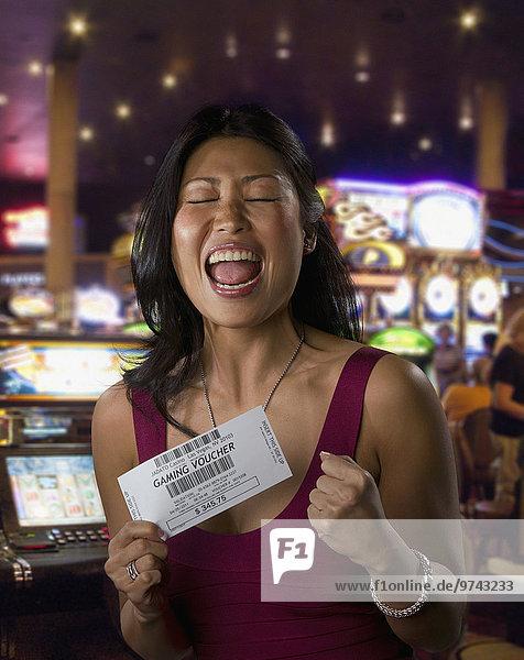 Frau Begeisterung halten chinesisch Casino Spiel
