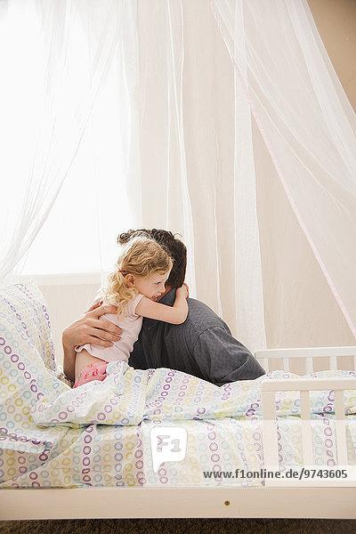 Europäer umarmen Menschlicher Vater Bett Tochter