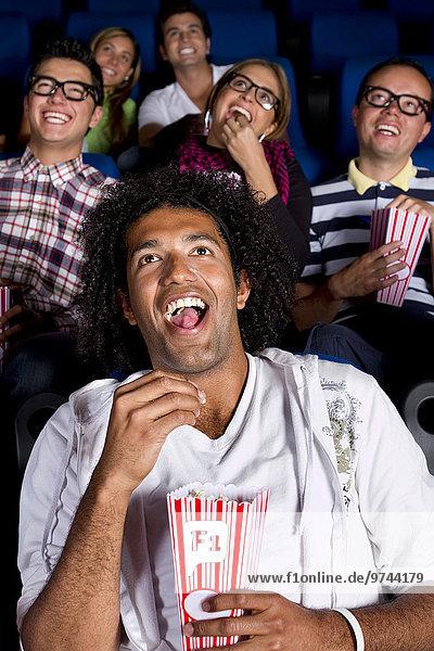 Fröhlichkeit Mensch Menschen Hispanier Film Theatergebäude Theater Popcorn