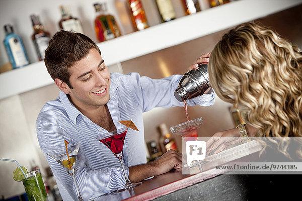 eingießen einschenken Hispanier Cocktail Kunde Barkeeperin