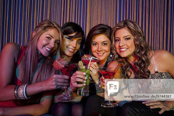 Freundschaft Hispanier Cocktail trinken