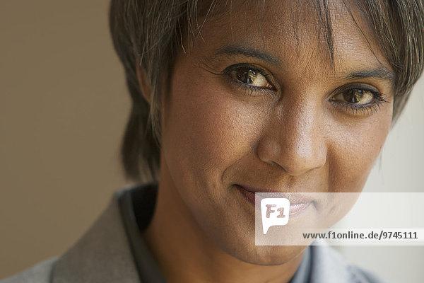 Geschäftsfrau lächeln amerikanisch Ethnisches Erscheinungsbild