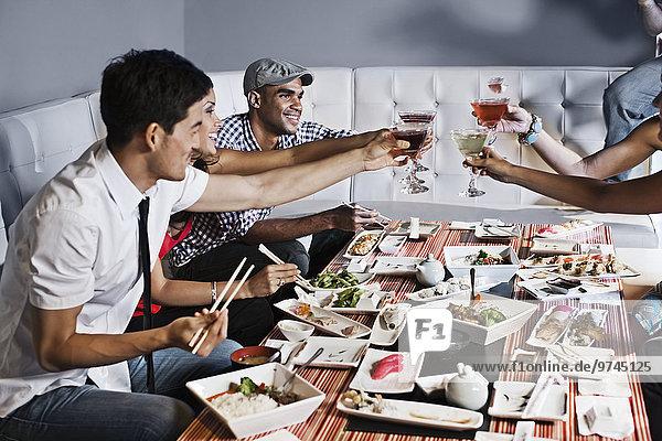 Zusammenhalt Freundschaft Restaurant essen essend isst