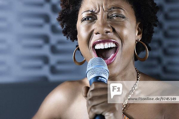 Frau Gesang Nachtklub amerikanisch Karaoke