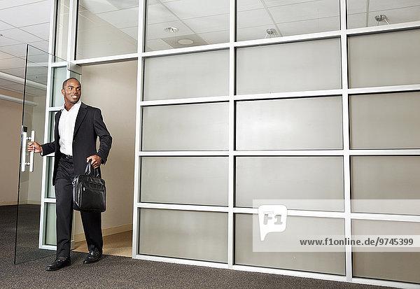 Geschäftsmann mischen Büro verlassen Mixed modern