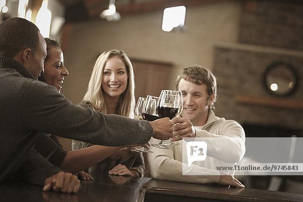 Zusammenhalt Freundschaft Wein trinken