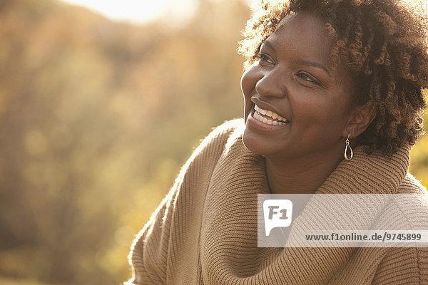 Außenaufnahme Frau lächeln schwarz freie Natur