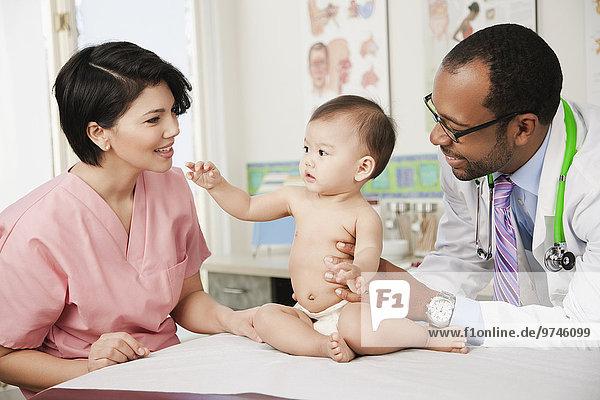 Arzt Büro Krankenschwester Schwester Schwestern Baby Untersuchung