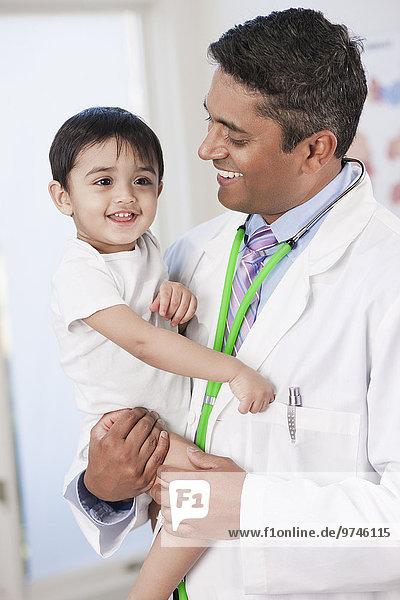 Arzt halten Indianer Büro Baby