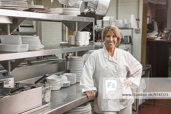 stehend Europäer Küche Köchin