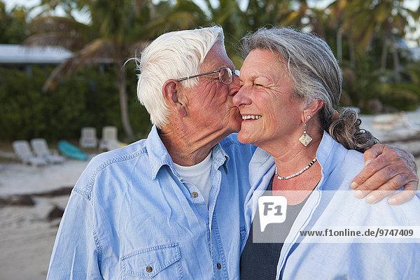 Europäer Mann Ehefrau Strand küssen