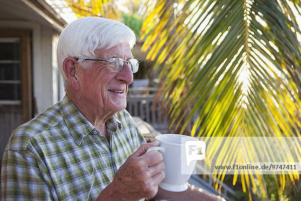 Europäer Mann trinken Kaffee