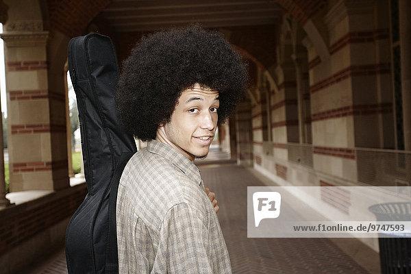 krauses Haar Afrolook Afro Afros Mann tragen Tasche Gitarre krauses Haar,Afrolook,Afro,Afros,Mann,tragen,Tasche,Gitarre