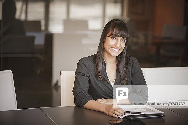 Geschäftsfrau Schreibtisch lächeln Indianer