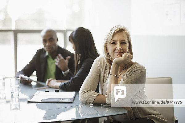 Europäer Geschäftsfrau lächeln Besuch Treffen trifft