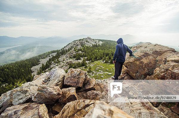 stehend Europäer Felsen Berggipfel Gipfel Spitze Spitzen wandern