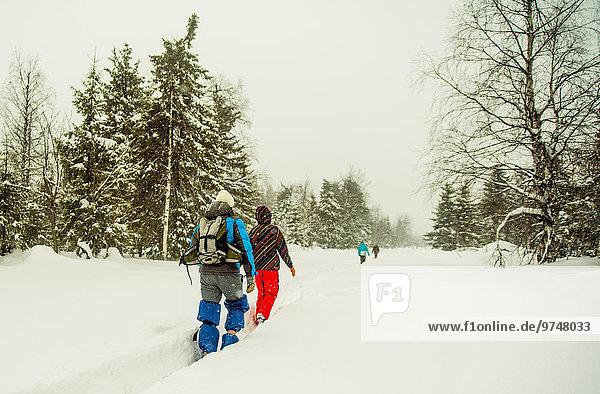 Europäer gehen wandern tief Schnee