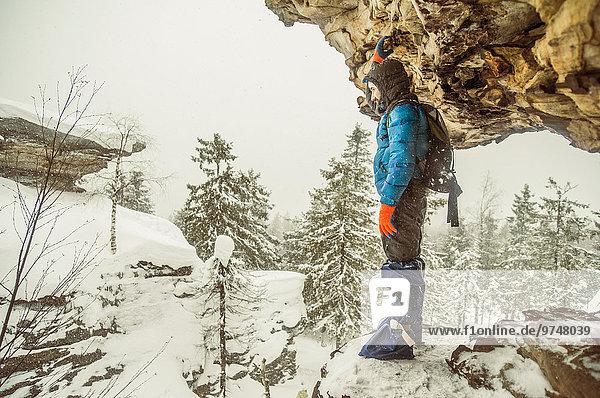 Felsbrocken stehend Europäer Schnee Anordnung wandern