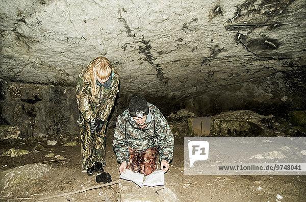 Felsbrocken hocken - Mensch Europäer Tarnung Höhle Jagd