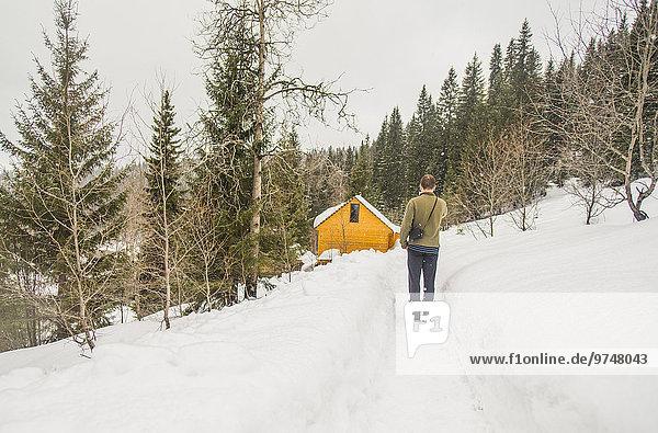 stehend Europäer Mann Hügel Schnee