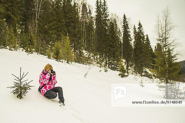 sitzend Europäer Hügel Schnee wandern