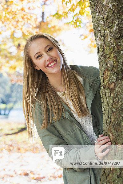 hinter Europäer Frau aufspüren Baum nachsehen
