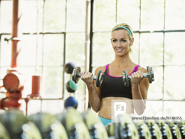 Fitness-Studio Europäer Frau heben Hantel
