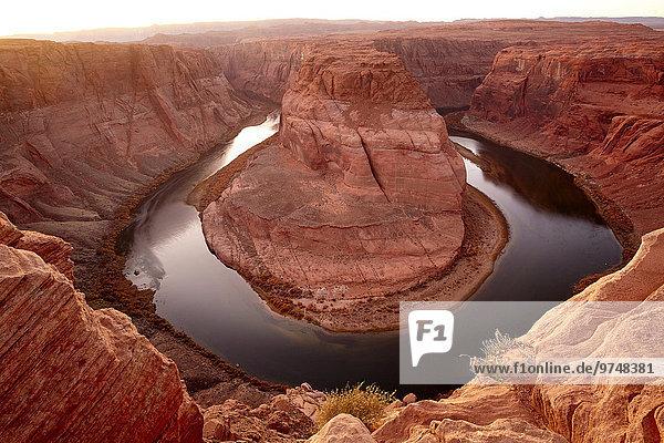 nahe Felsbrocken Biegung Biegungen Kurve Kurven gewölbt Bogen gebogen Vereinigte Staaten von Amerika USA Landschaft Ehrfurcht Wüste Schuh Anordnung Fluss Arizona Page
