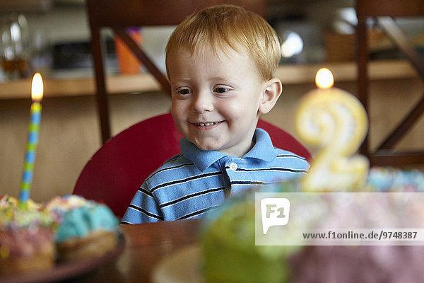 Europäer Junge - Person Bewunderung Geburtstag Kuchen cupcake