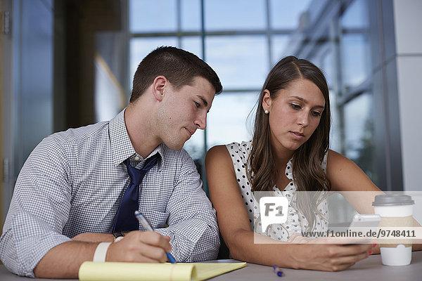 Handy benutzen Mensch Büro Menschen Geschäftsbesprechung Besuch Treffen trifft Business