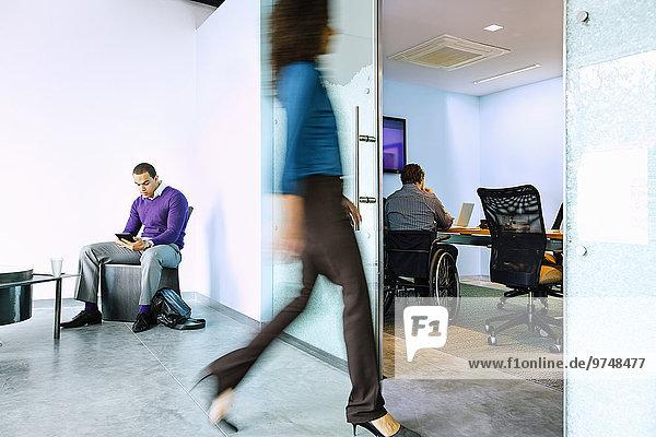 Geschäftsfrau gehen Büro Ansicht Bewegungsunschärfe