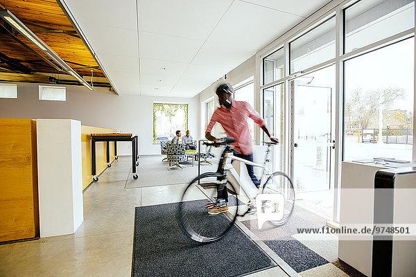 Geschäftsmann schieben Büro Ansicht Bewegungsunschärfe Fahrrad Rad