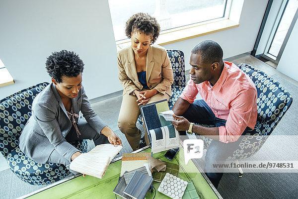 hoch oben Eingangshalle Mensch Büro Menschen Ansicht Flachwinkelansicht Stoff Winkel Business Untersuchung